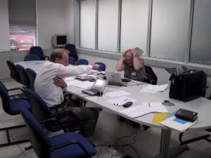 Bild på konsulter som diskuterar - Consult